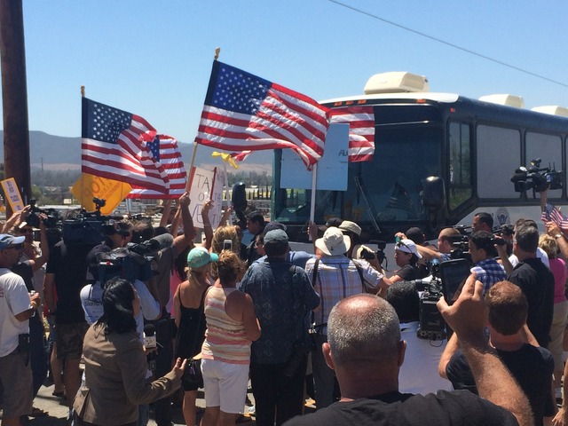 Manifestación in el sur de California contra una guagua cargando refugiados de Centro América